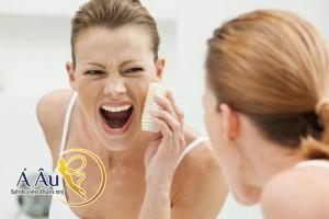 Massage da mặt bằng bàn chải chuyên dụng giúp những nếp nhăn nơi khóe mắt bị mờ dần.