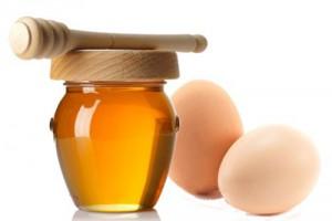 Lòng trắng trứng gà và mật ong trị nhăn mắt rất tốt