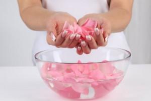 Nước hoa hồng giúp se khít lỗ chân lông và làm căng da