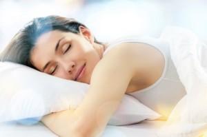 Ngủ đủ 8 tiếng/ngày sẽ làm chậm sự xuất hiện những nếp nhăn ở mắt