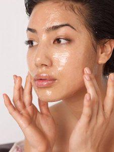 Căng da mặt tại nhà với dầu dừa